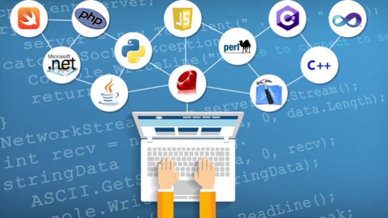 Laptop met diverse programmeertalen in beeld