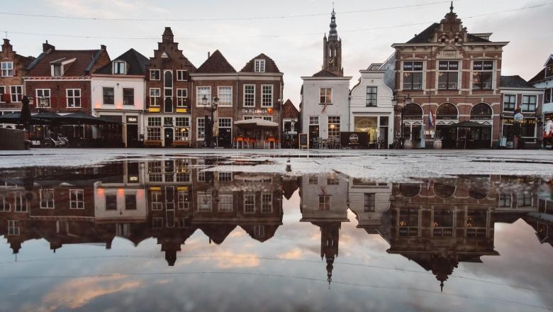 Plein met mooie Nederlandse huizen